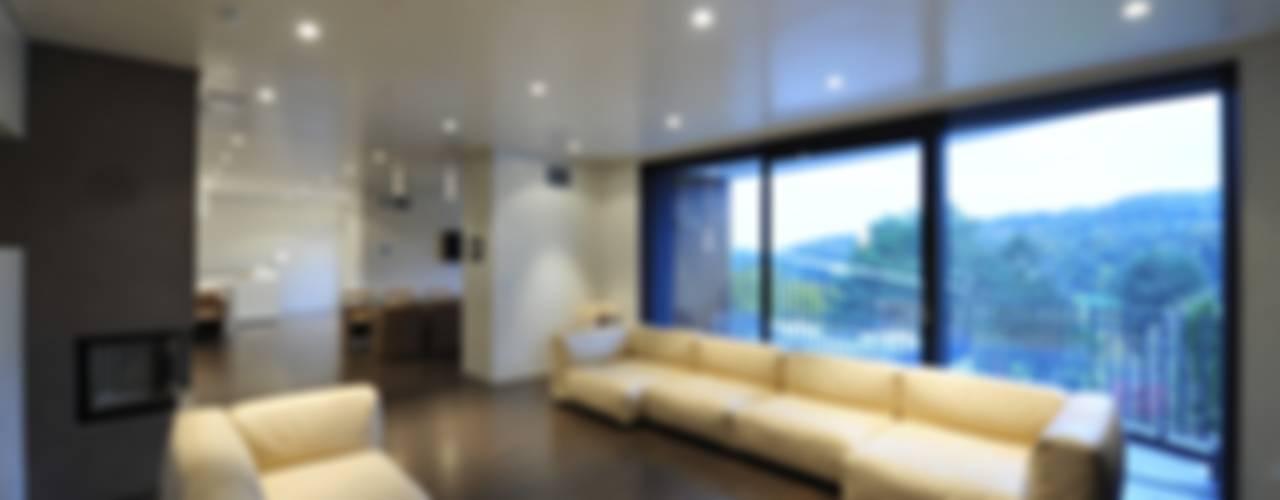 Wohnzimmer Ansicht zum Garten:  Wohnzimmer von zone architekten