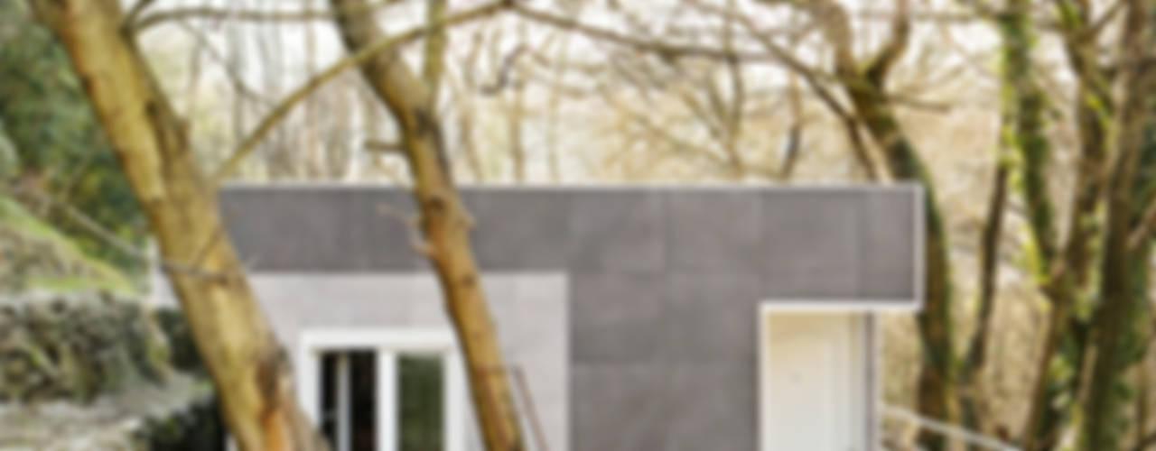 UNA CASA ENTRE ÁRBOLES Casas de estilo ecléctico de BATLLÓ CONCEPT Ecléctico