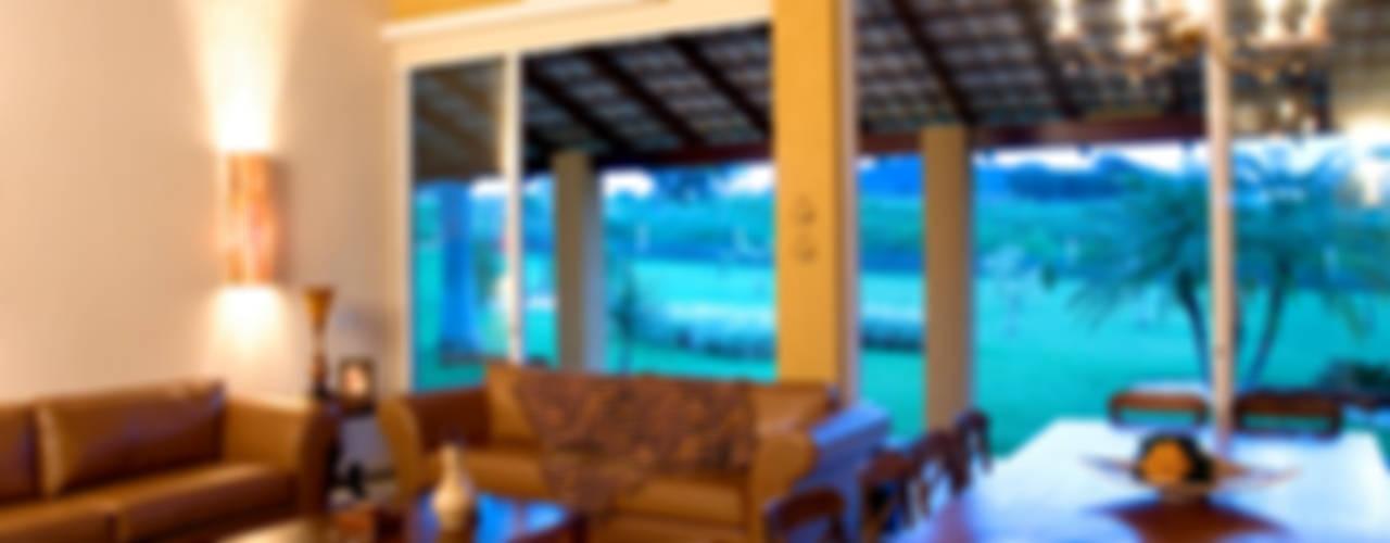 FAZENDA SAN RAFAEL Salas de estar coloniais por DUPLA ARQUITETURA ESTRATÉGICA Colonial