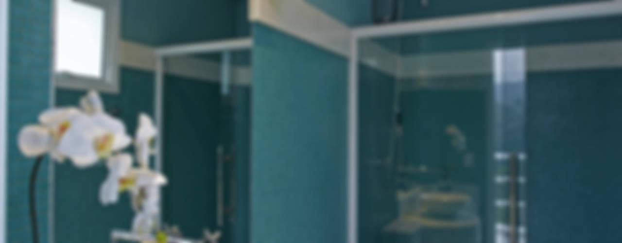 Casa da Serra: Banheiros  por Arquiteto Aquiles Nícolas Kílaris