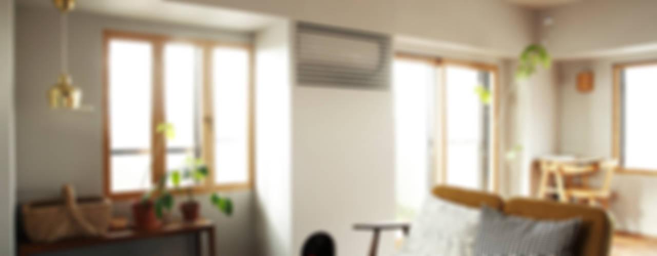 Гостиная в скандинавском стиле от 稲山貴則 建築設計事務所 Скандинавский