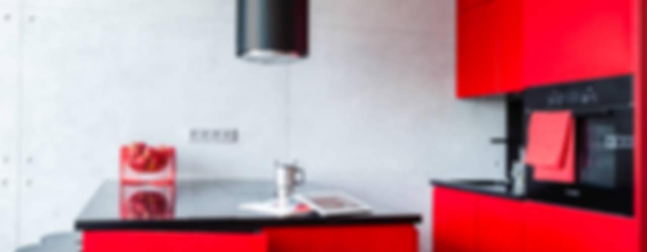 Loft z intensywną czerwienią Industrialna kuchnia od Decoroom Industrialny