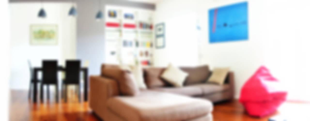 Open space e colore per una giovane famiglia Soggiorno moderno di Archgallery Moderno
