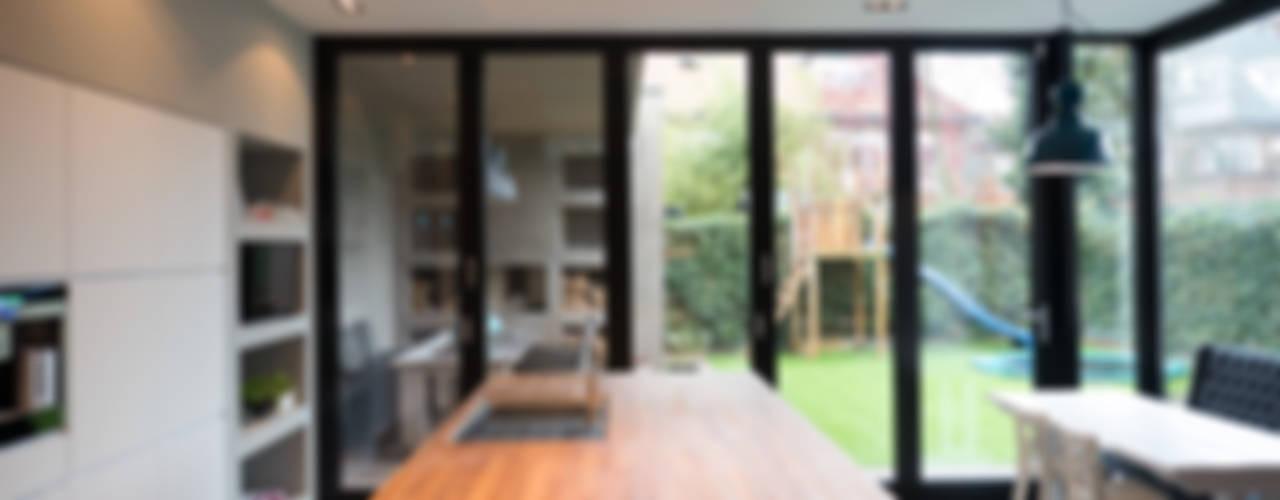 Aanbouw en renovatie van 2-onder-1-kapper met ruime woonkeuken met kookeiland, gietvloer en luxe aluminium vouwschuifpui Moderne keukens van Joep van Os Architectenbureau Modern