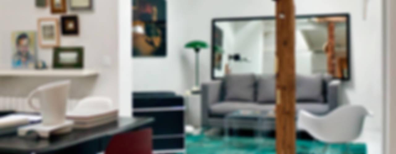 Obra buhardilla Madrid centro Salones de estilo moderno de B-mice Design + Architecture Moderno