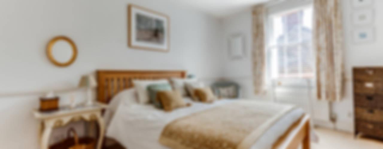 A cottage of two halves Dormitorios de estilo rural de Forest Eyes Photography Rural