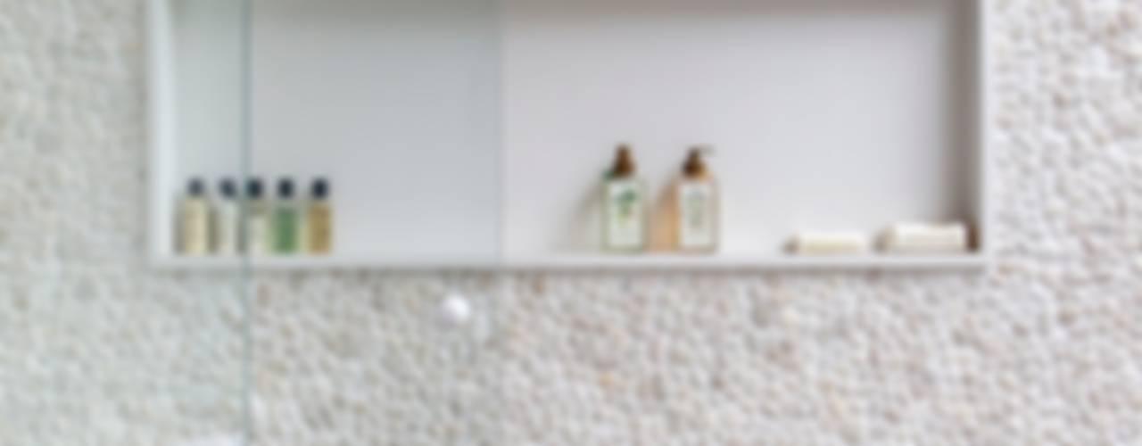 Casas de banho  por ANGELA MEZA ARQUITETURA & INTERIORES