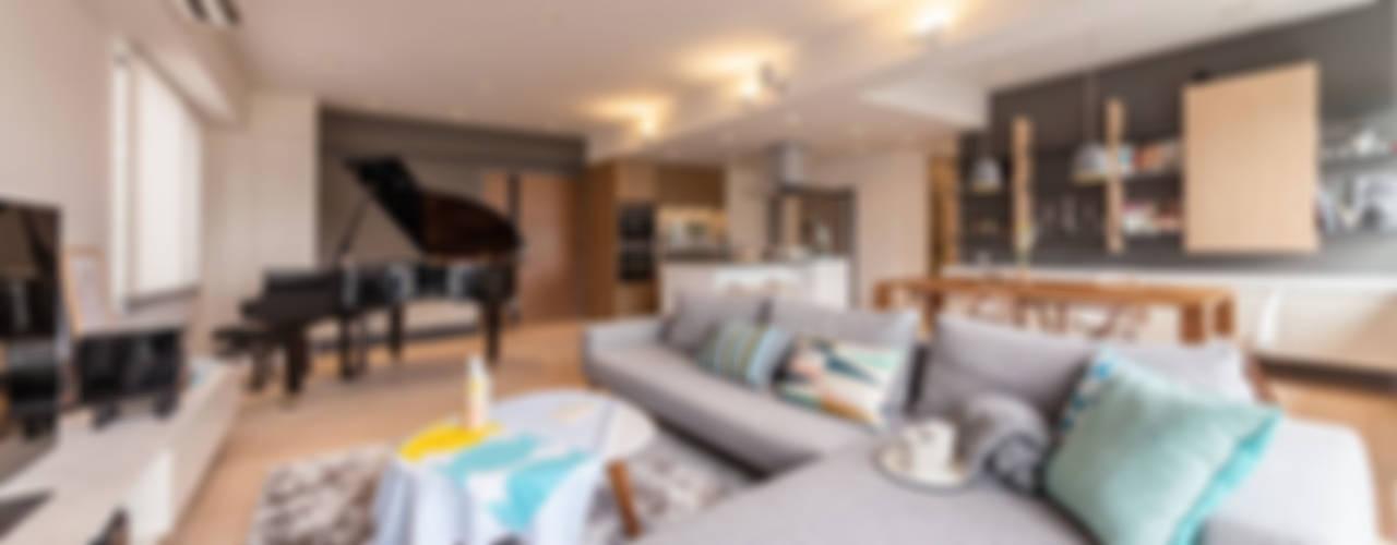 GW's RESIDENCE Minimalist living room by arctitudesign Minimalist