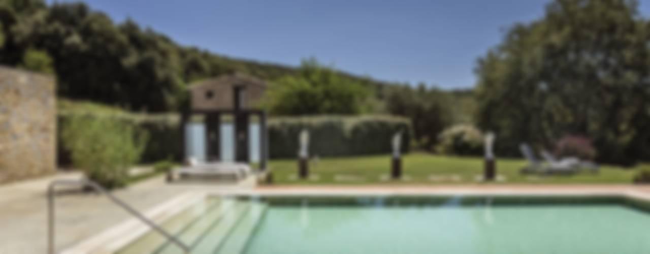 JENS. Reforma y ampliación de antigua masía en La Garrotxa, Girona (Costa Brava) Jardines de estilo rústico de VelezCarrascoArquitecto VCArq Rústico