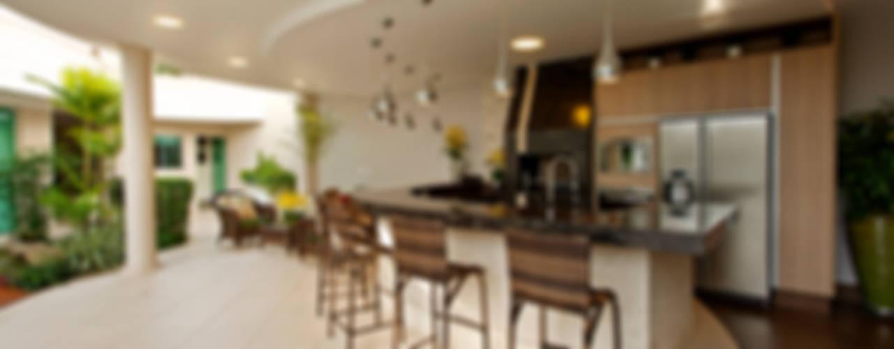 Jardines de estilo moderno de Designer de Interiores e Paisagista Iara Kílaris Moderno