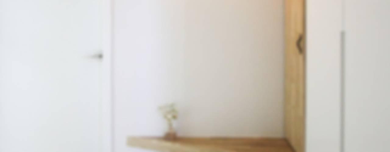 반려묘와 함께하는 신혼부부의 집: 홍예디자인의  복도 & 현관