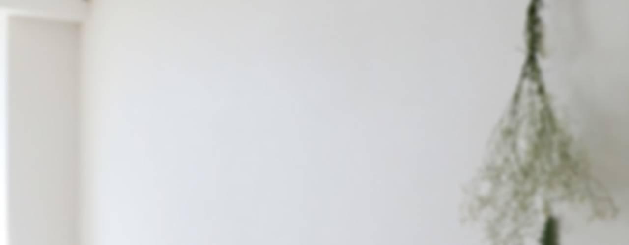 반려묘와 함께하는 신혼부부의 집 모던스타일 거실 by 홍예디자인 모던