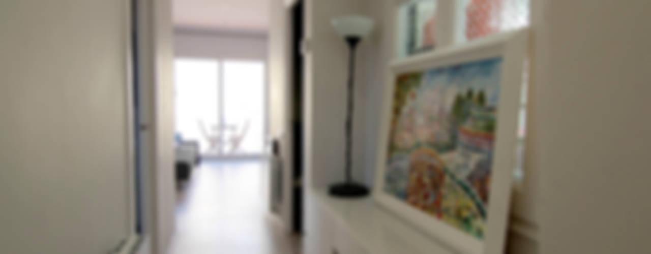 La casa de Maga Pasillos, vestíbulos y escaleras de estilo escandinavo de Silvia R. Mallafré Escandinavo