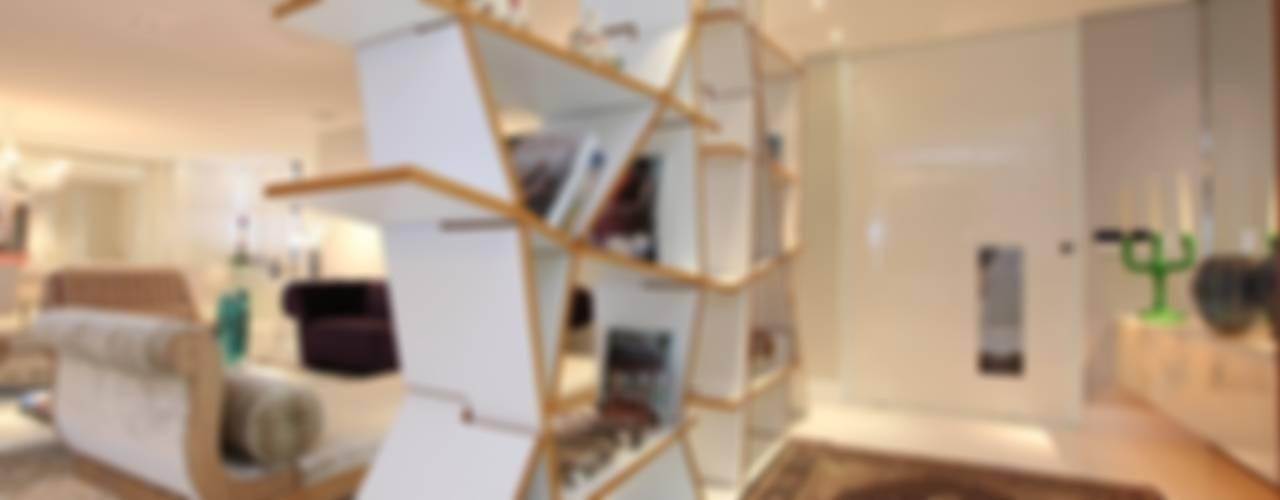 Corredores e halls de entrada  por Rodrigo Maia Arquitetura + Design