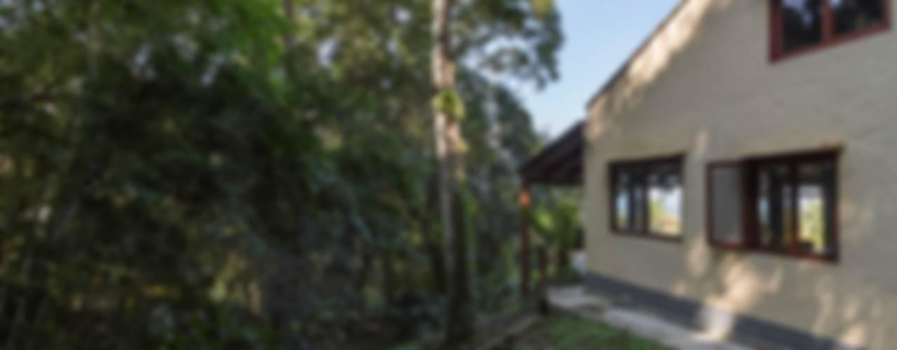 Casa de praia - Guaecá SP Jardins rústicos por Lucia Manzano Rústico