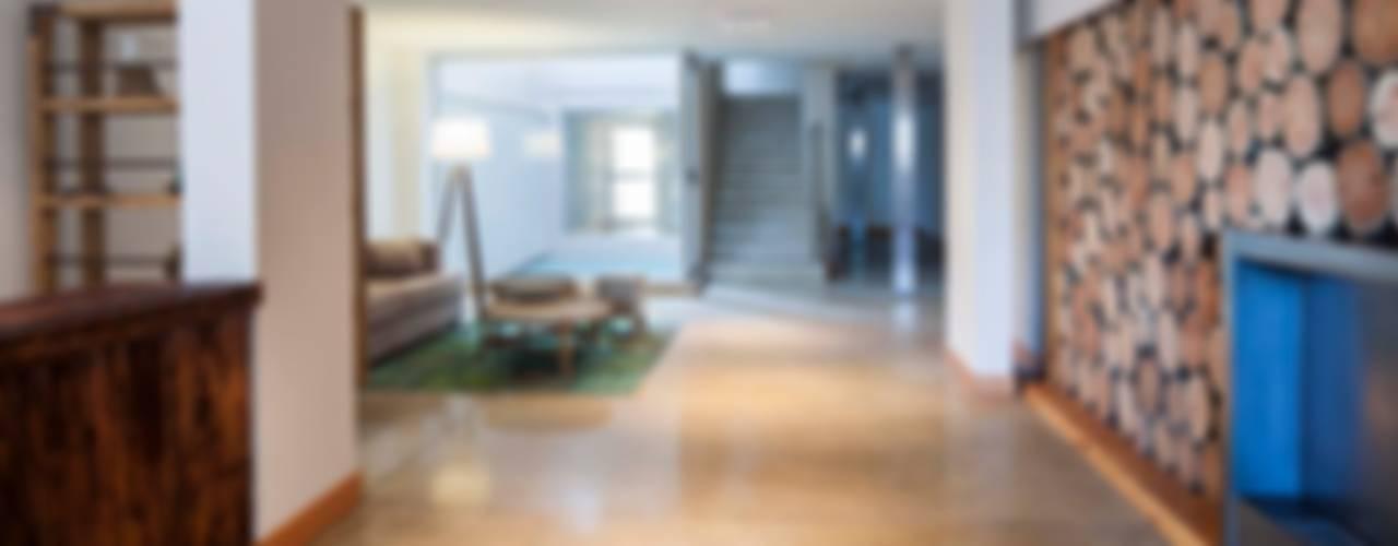 Stay Martinez Pasillos, vestíbulos y escaleras modernos de LLACAY arquitectos Moderno