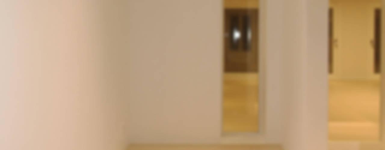 넓은 공간 속 최적화 된 디자인.: 홍예디자인의  복도 & 현관,모던