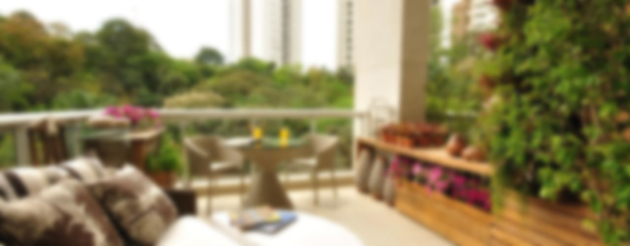 Eduardo Luppi Paisagismo Ltda. Eclectic style balcony, porch & terrace