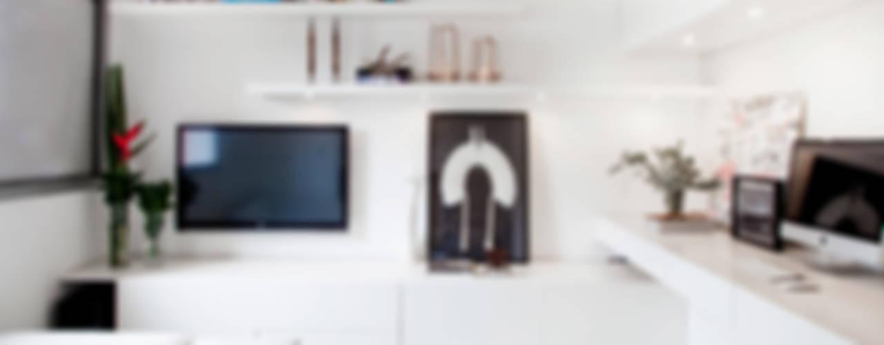 Minimalist study/office by Helô Marques Associados Minimalist