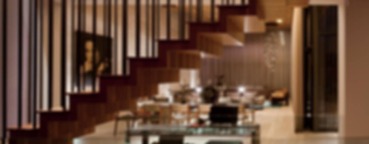 Escaleras con sala de fondo: Pasillos y recibidores de estilo  por C Cúbica Arquitectos
