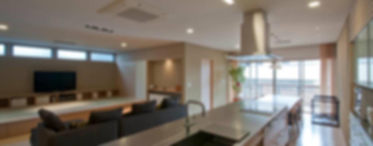 Modern style kitchen by 家山真建築研究室 Makoto Ieyama Architect Office Modern
