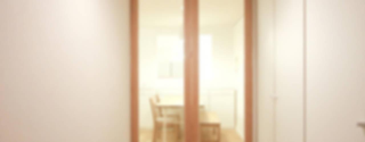 아늑한 느낌의 신혼집 인테리어: 홍예디자인의  복도 & 현관