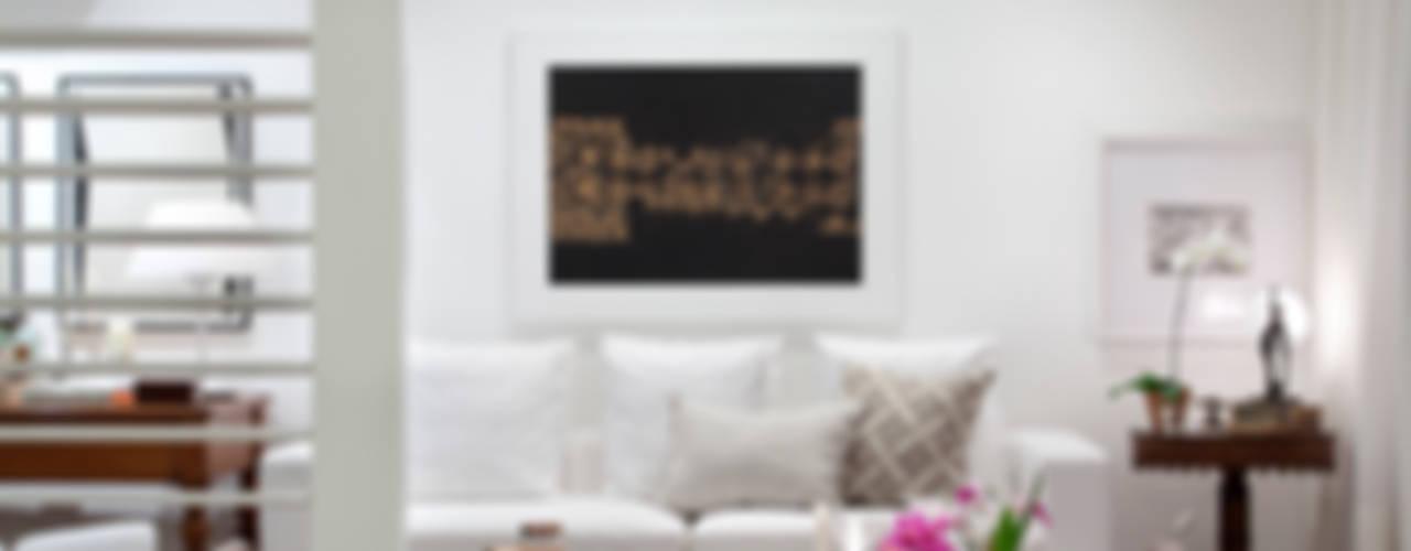 Apartamento em São Conrado com frescor e móveis de família: Salas de estar  por Angela Medrado Arquitetura + Design