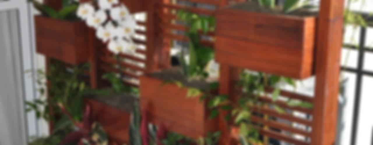 Modern balcony, veranda & terrace by A Varanda Floricultura e Paisagismo Modern