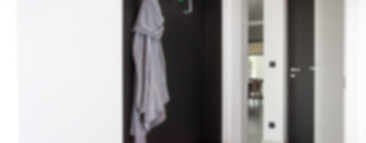 miniszyk Pasillos, vestíbulos y escaleras minimalistas de unikat:lab Minimalista