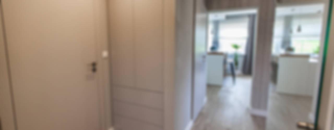 Wnętrze domu, Bestwina Nowoczesny korytarz, przedpokój i schody od TIKA DESIGN Nowoczesny