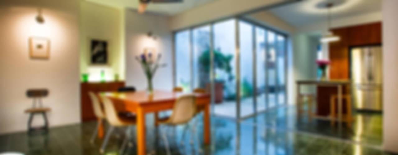Modern dining room by Taller Estilo Arquitectura Modern