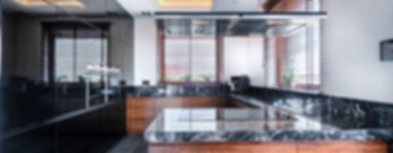 Meble na wymiar do kuchni z czarnego MDF lakierowanego i forniru: styl , w kategorii  zaprojektowany przez 3TOP