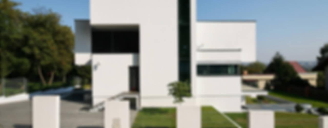 Moderne Häuser von RS+ Robert Skitek Modern