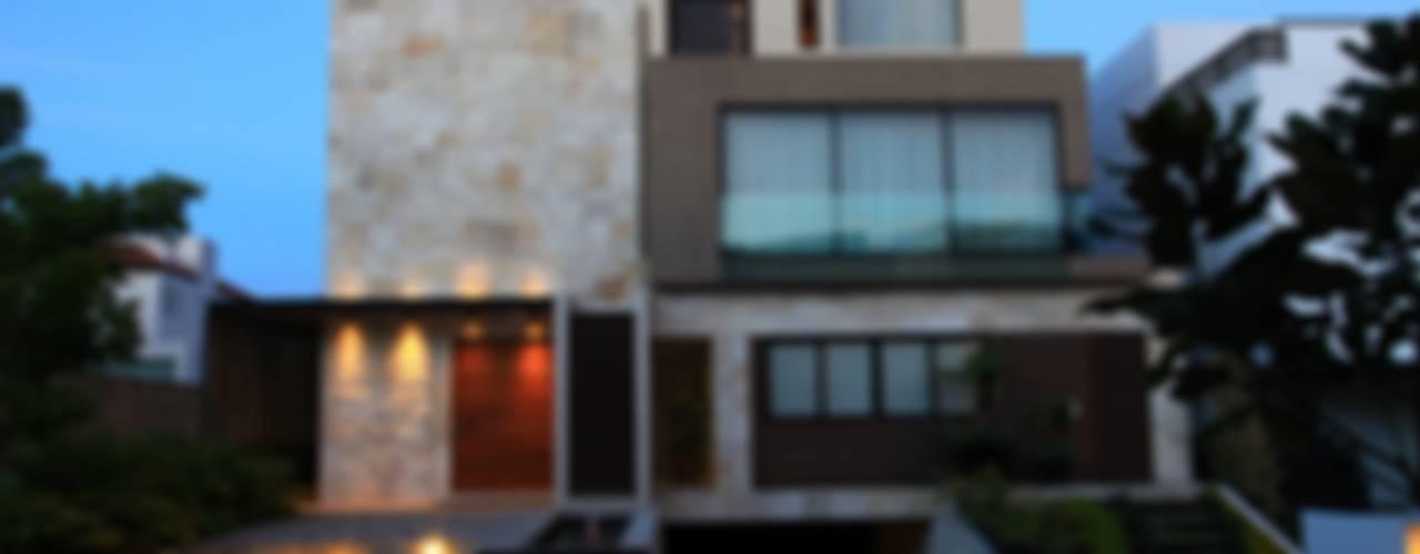 Fachada Principal Tarde: Casas de estilo moderno por Código Z Arquitectos