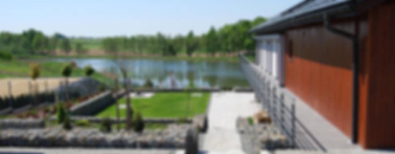 Dom na skarpie nad stawem.: styl , w kategorii Taras zaprojektowany przez Susuł & Strama Architekci sp. z o.o.,Nowoczesny
