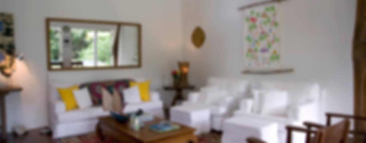 de estilo tropical por Renata Romeiro Interiores, Tropical