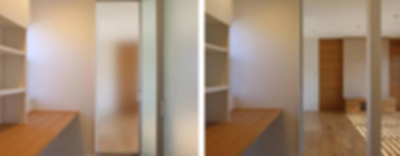 """""""離れ""""のような和室をもつ郊外型住宅 八王子の家 モダンデザインの 多目的室 の シーズ・アーキスタディオ建築設計室 モダン"""