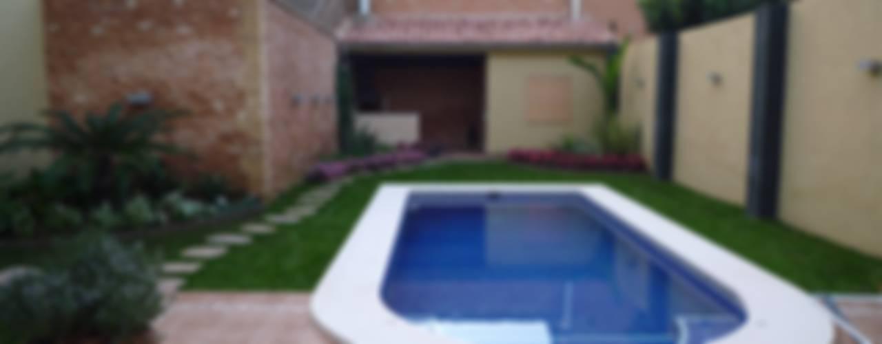 Piscinas de estilo moderno de Aris & Paco Camús Moderno
