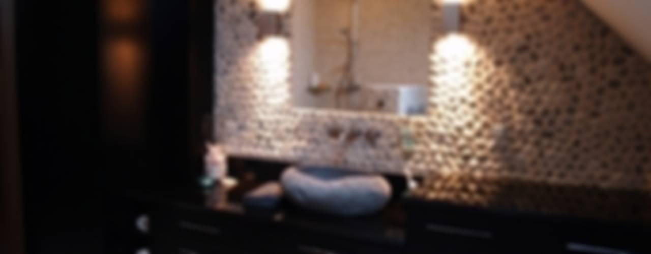 Banheiros  por CAROLINE'S DESIGN