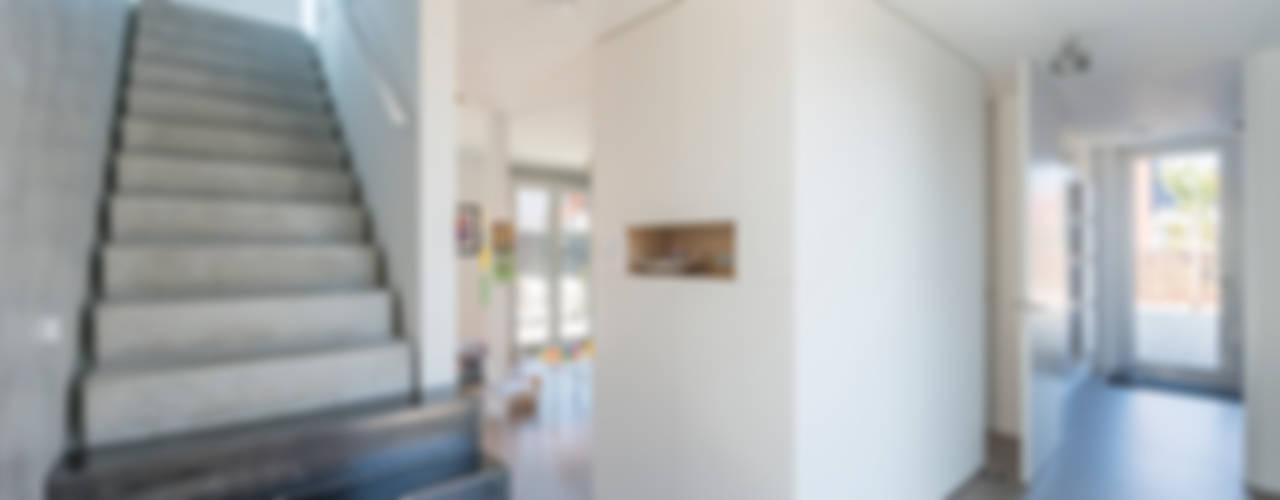 Woonhuis Leidsche Rijn Minimalistische gangen, hallen & trappenhuizen van Architect2GO Minimalistisch