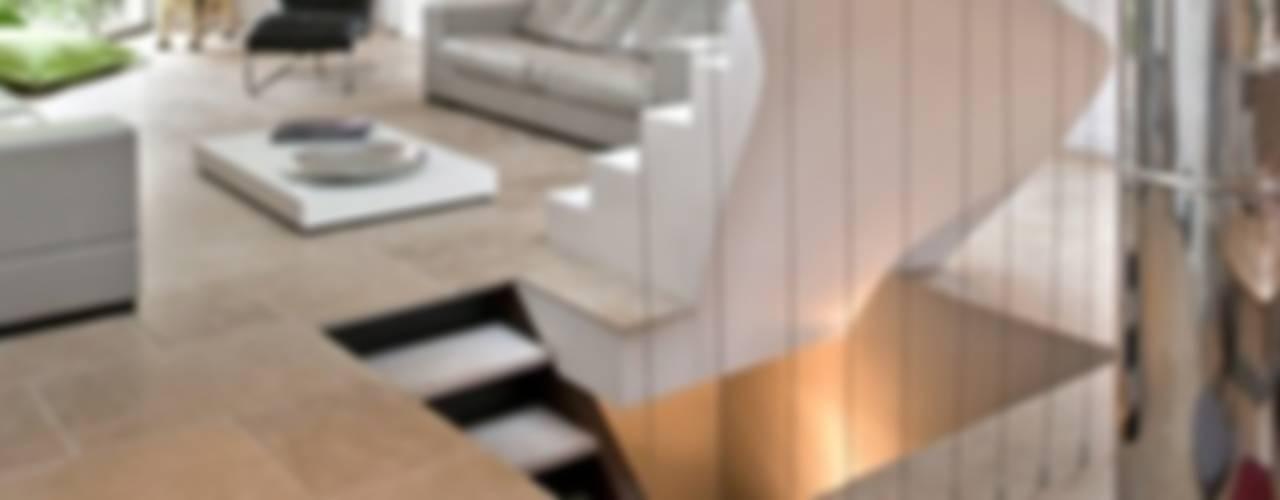 Chateau de Biar Couloir, entrée, escaliers modernes par Dabadabada Moderne