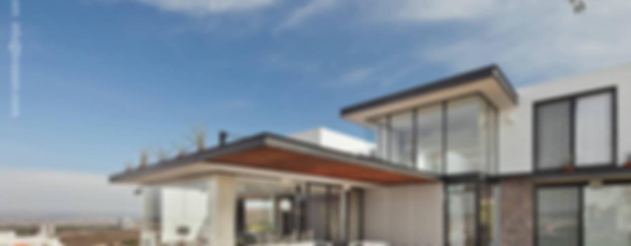 Fachada norte: Casas de estilo  por BROISSIN