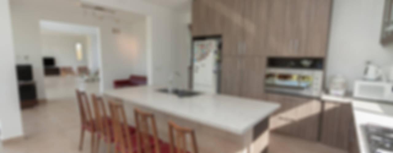 CASA RACIONALISTA Cocinas modernas: Ideas, imágenes y decoración de Parrado Arquitectura Moderno