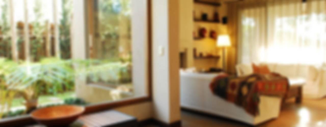 CASA TECTÓNICA EN TIGRE: Livings de estilo  por Parrado Arquitectura