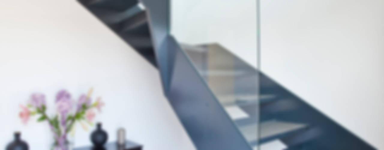 House in Hamble-le-Rice II Pasillos, vestíbulos y escaleras modernos de LA Hally Architect Moderno