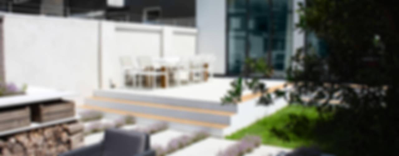 Luxe stadstuin met buitenkeuken en buitendouche : modern  door Buro van Rooijen, Modern