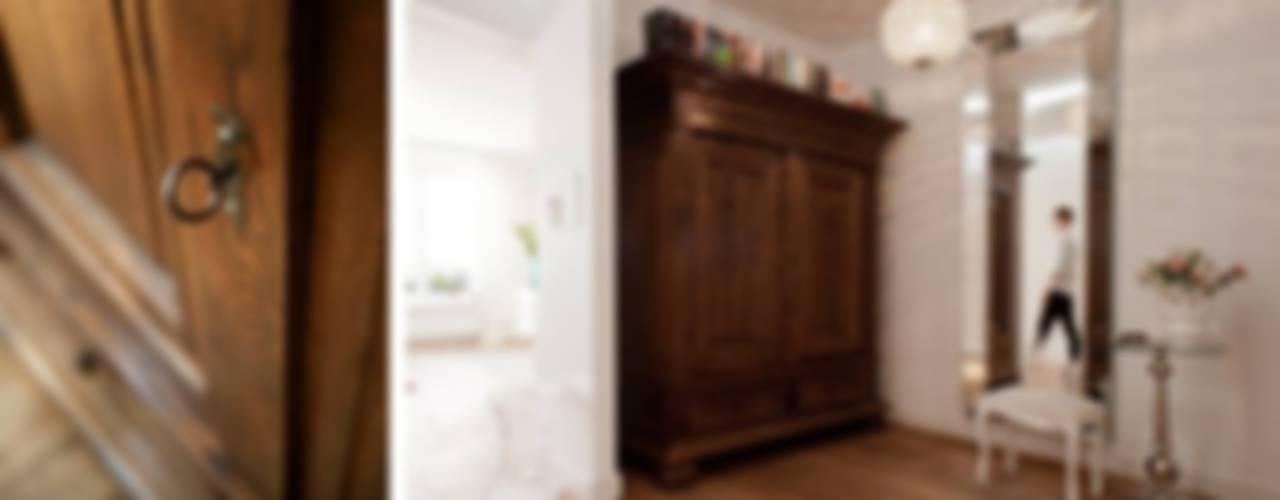 Klasyka i kobiecość dodatków Eklektyczny korytarz, przedpokój i schody od Bargański Pracownia Wnętrz Eklektyczny