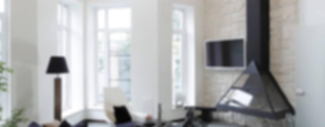 Загородный дом в стиле минимализм: Гостиная в . Автор – Дизайн-студия Евгении Ансимовой 'AeHome',