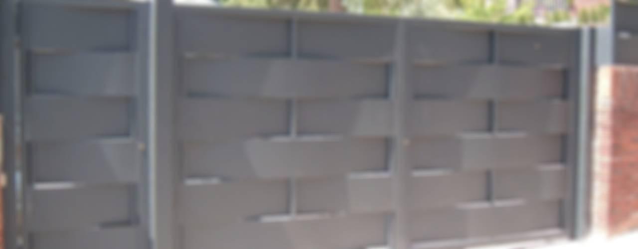 Portes de garage de style  par CIERRES METALICOS AVILA, S.L.,
