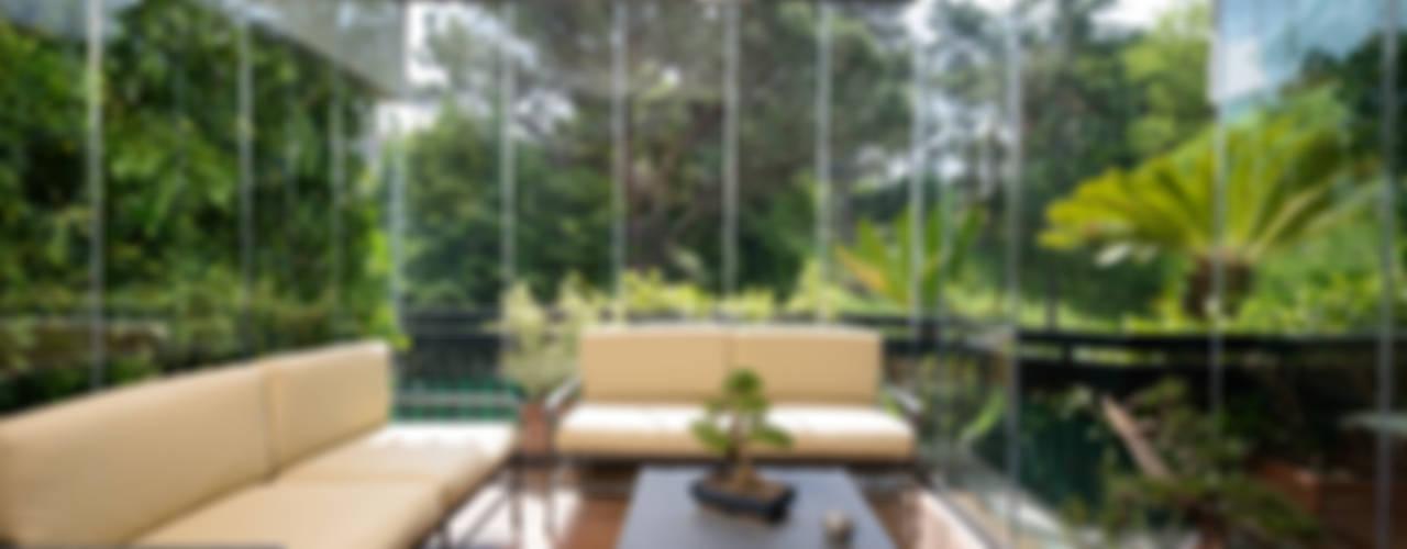 Tutto vetro: Giardino d'inverno in stile  di Le Verande srls